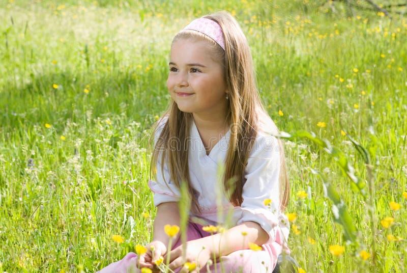 Mädchen im medow lizenzfreie stockfotos