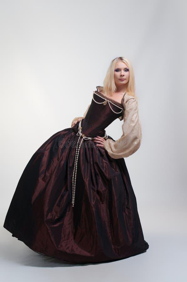 Mädchen im mittelalterlichen schönen Kleid lizenzfreies stockbild