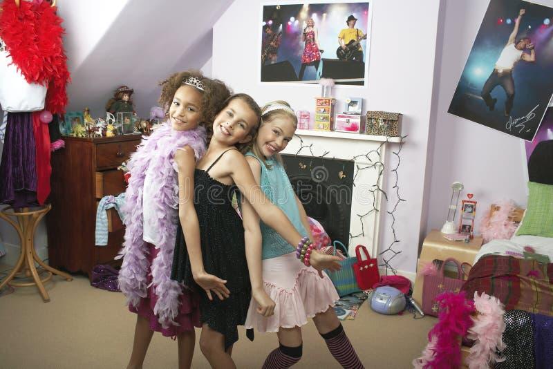 Mädchen im modischen Schlafzimmer an der Pyjamaparty stockfotos