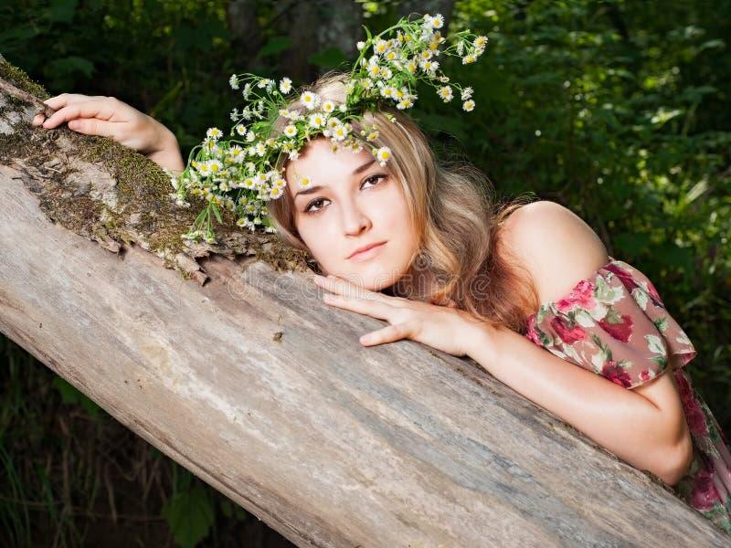 Mädchen im nationalen Kleid und in einem Wreath lizenzfreie stockfotos