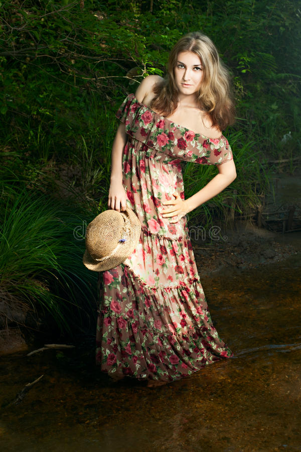 Mädchen im nationalen Kleid und im Hut stockbilder