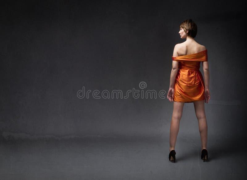 Mädchen im orange Kleid stockbild