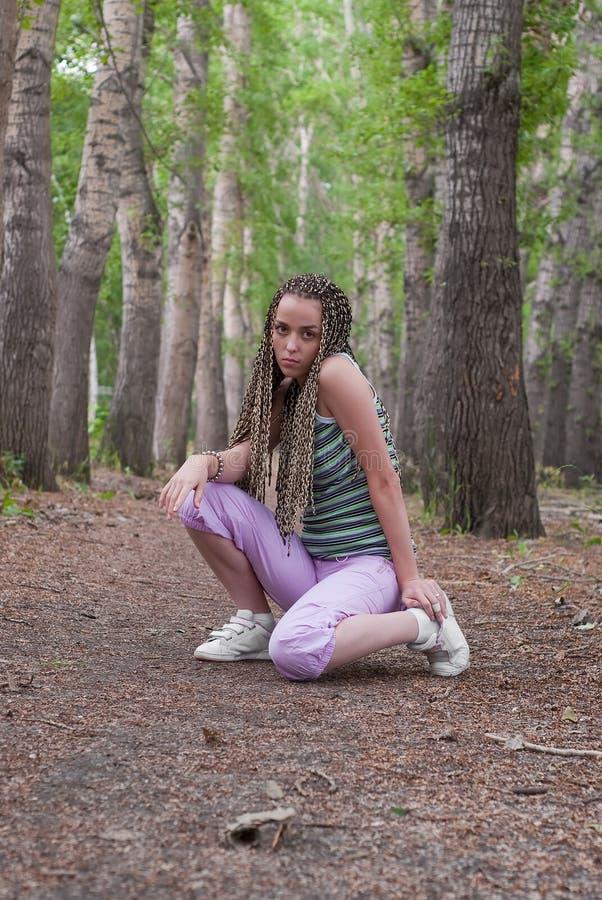 Mädchen im Pappelwald stockfoto