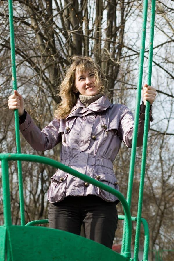Mädchen im Park auf altem Schwingen