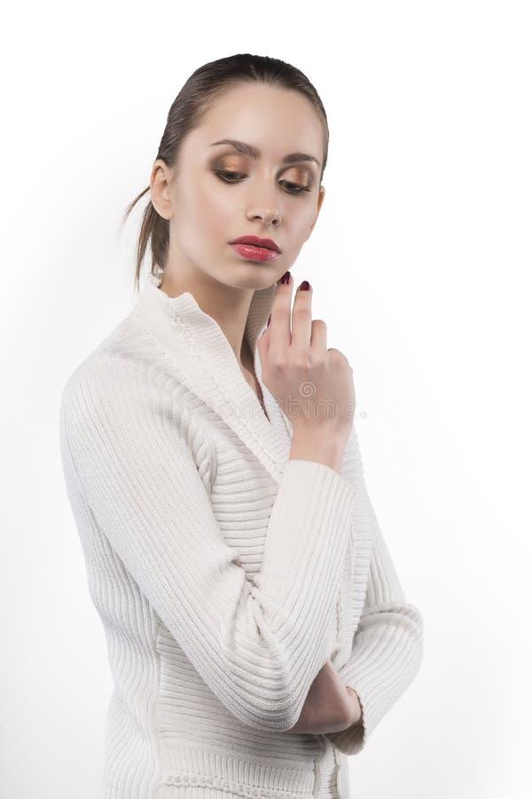 Mädchen im Pullover denkt lokalisiert auf Weiß stockfotos