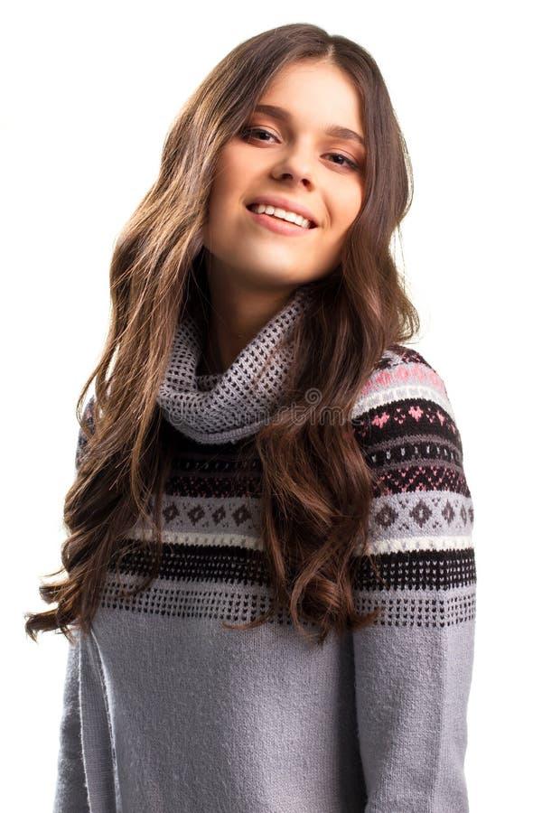 Mädchen im Pullover lächelt lizenzfreie stockfotos
