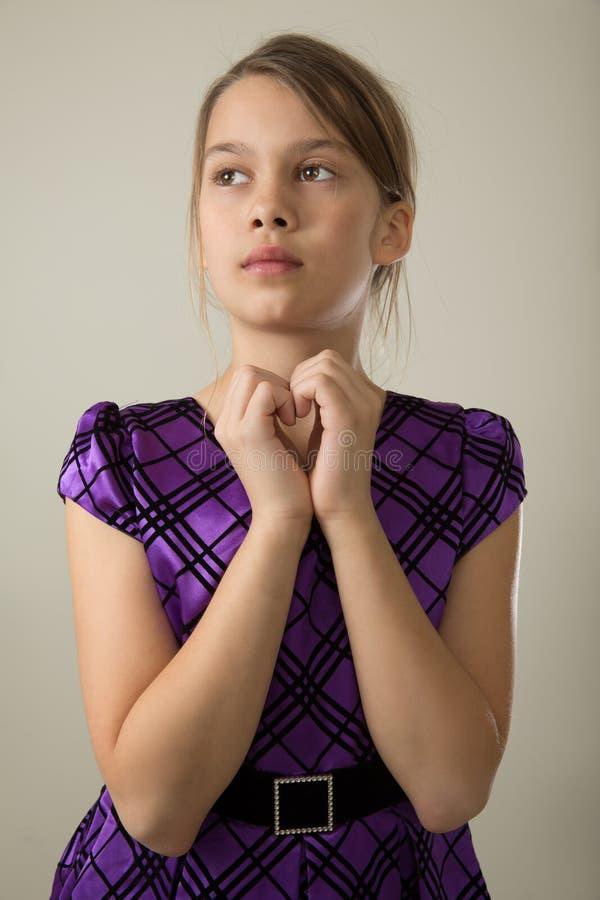Mädchen im purpurroten Kleid lizenzfreies stockfoto