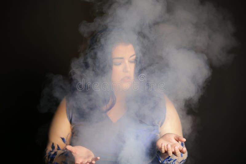 Mädchen im Rauche lizenzfreie stockbilder