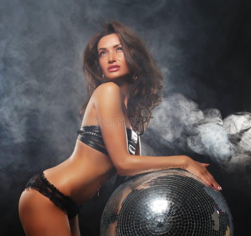 Mädchen im Rauche mit Discoball stockfotos