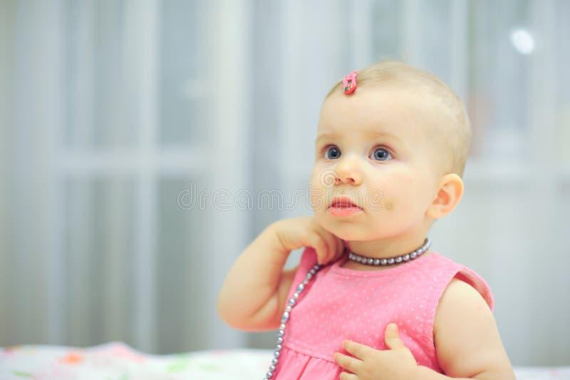 Mädchen im rosa Kleid stockfoto