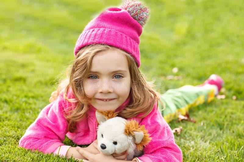 Mädchen im rosafarbenen Hut stockfotografie