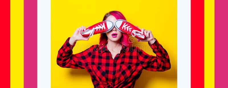 Mädchen im rotem Schottenstoffhemd und -gummiüberschuhen stockbilder