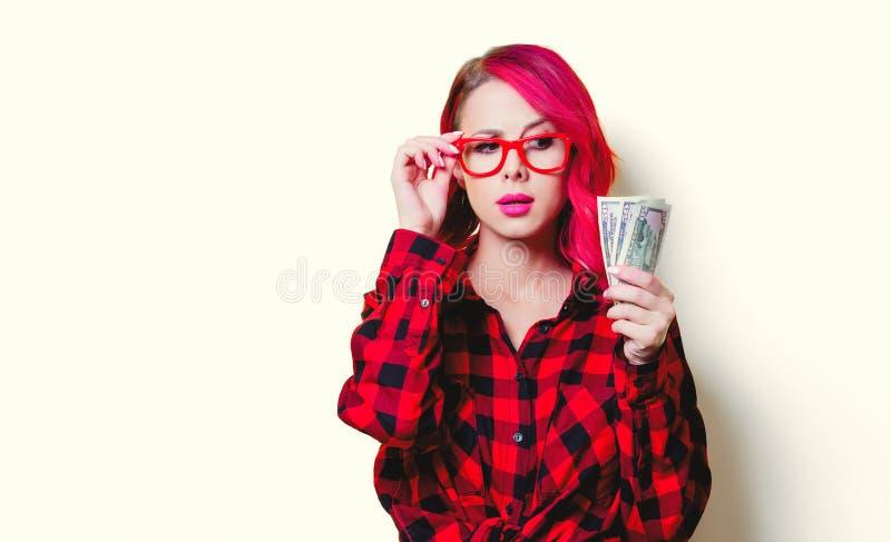 Mädchen im roten Schottenstoffhemd mit Geld stockfotos