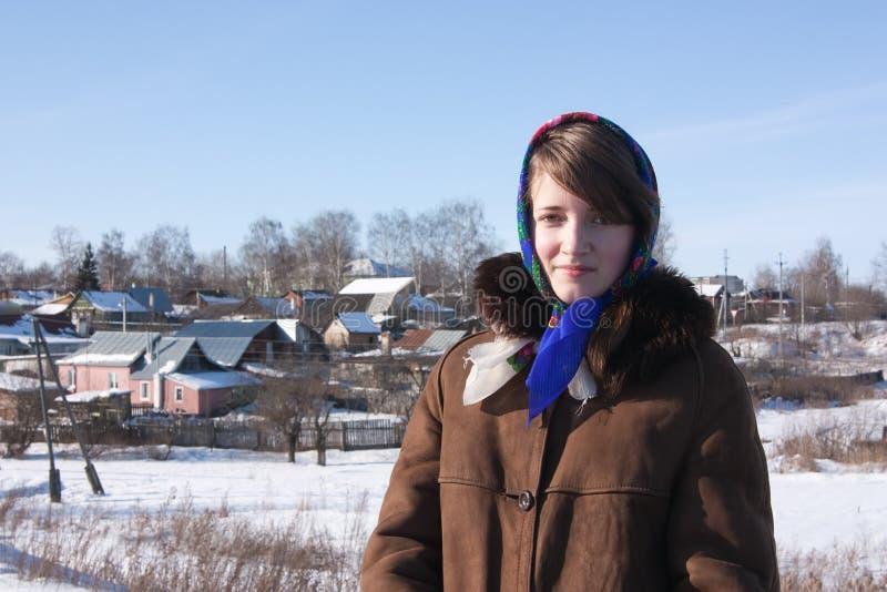 Mädchen im russischen traditionellen Halstuch stockfoto