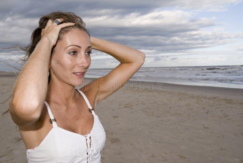 Mädchen im Sand lizenzfreies stockfoto