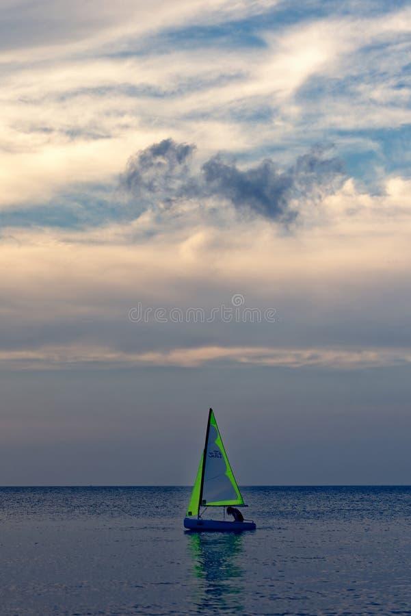 Mädchen im Schattenbild, das Laser-Boot segelt stockbilder