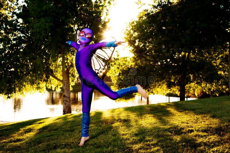 Mädchen im Schmetterlings-Kostüm stockfotos