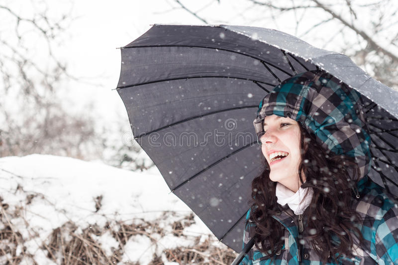 Mädchen im Schnee stockfotos