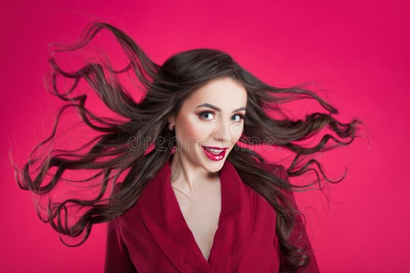 Mädchen im Schock auf rosa Hintergrund Junge Schönheit mit dem Haar oben lizenzfreie stockfotos