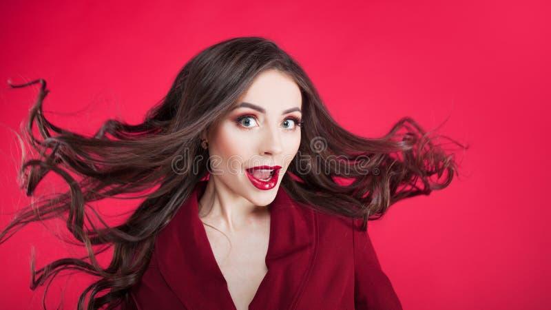 Mädchen im Schock auf rosa Hintergrund Junge Schönheit mit dem Haar oben stockfotos