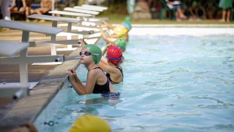 Mädchen im Schwimmengalarennen lizenzfreie stockfotografie