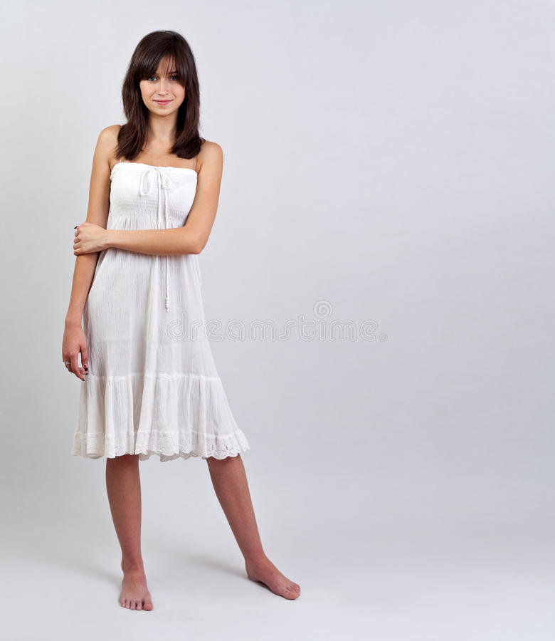 Mädchen im Sommerkleid lizenzfreies stockbild