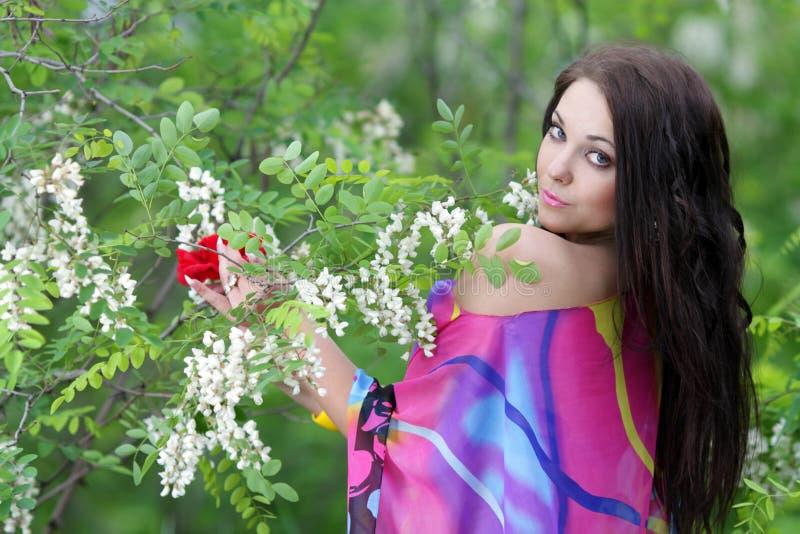 Mädchen im Sommerzeit- oder Frühlingsgarten lizenzfreie stockbilder