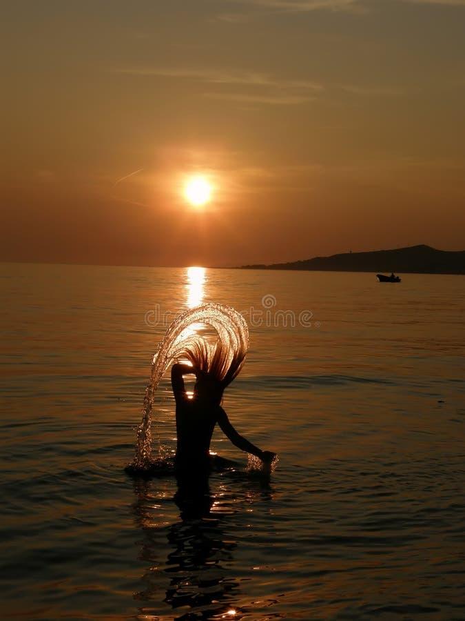 Mädchen im Spaß am Sommersonnenuntergang lizenzfreie stockfotografie
