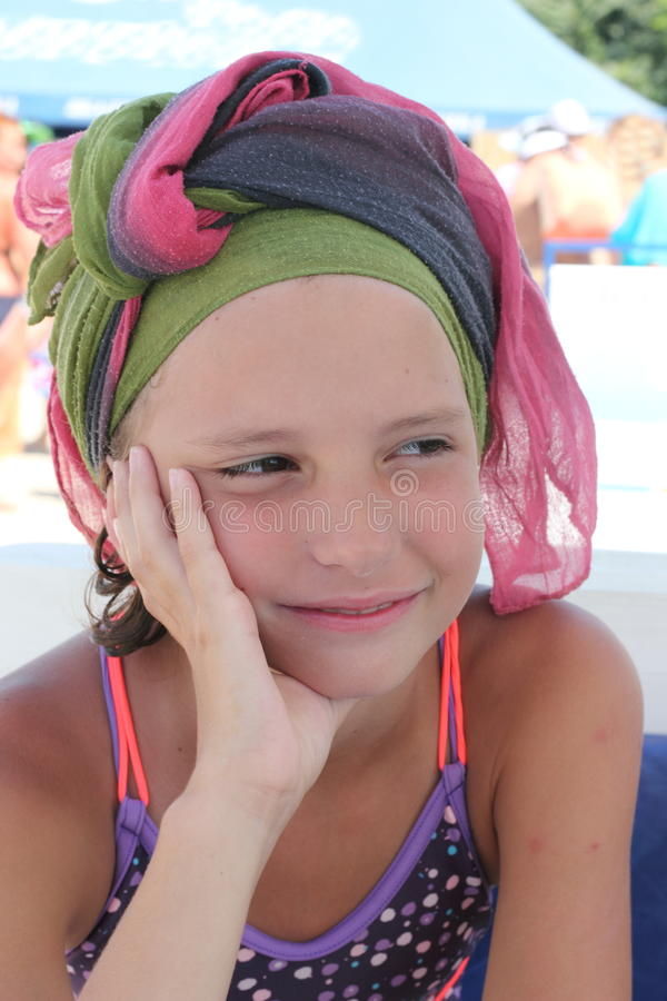 Mädchen im Strandschal lizenzfreies stockbild