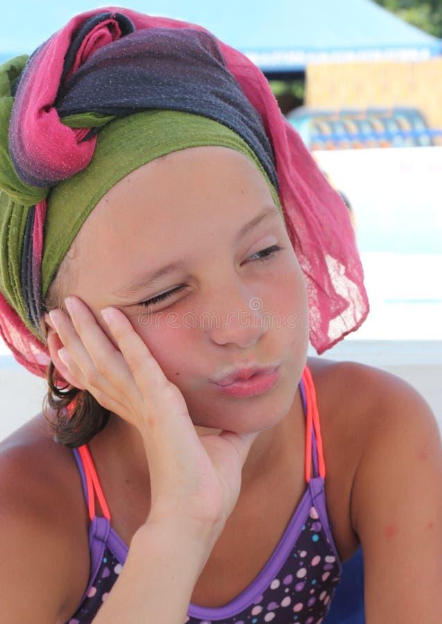 Mädchen im Strandschal lizenzfreies stockfoto
