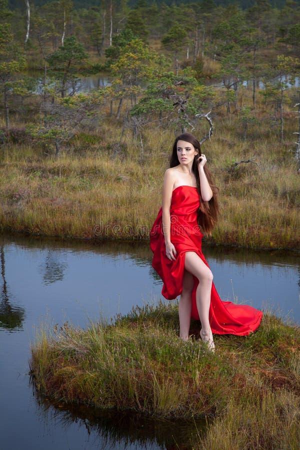 Mädchen im Sumpf lizenzfreie stockbilder