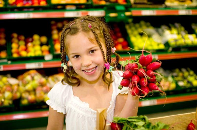 Mädchen im Supermarkt lizenzfreie stockfotografie