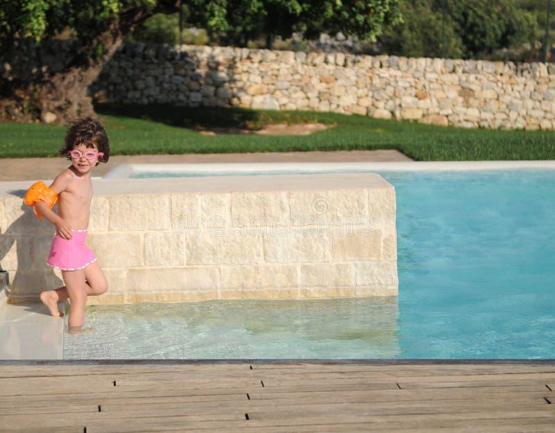 Mädchen im Swimmingpool lizenzfreies stockbild