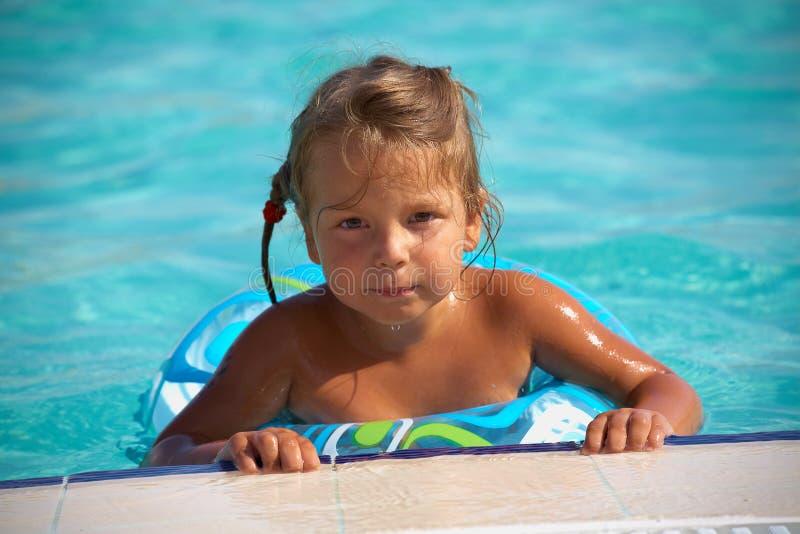 Mädchen im Swimmingpool lizenzfreie stockbilder