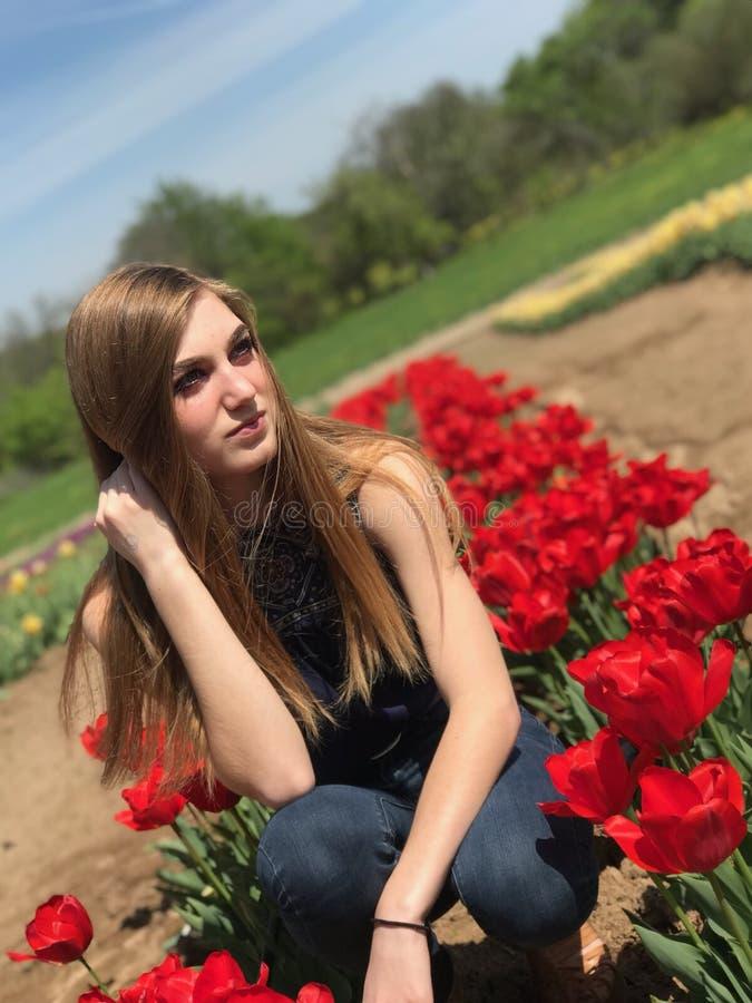 Mädchen im Tulpenfeld stockfoto