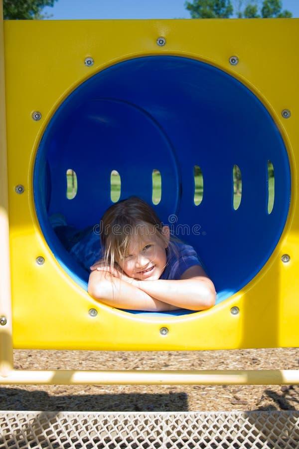 Mädchen im Tunnelspielzeug. stockfotografie