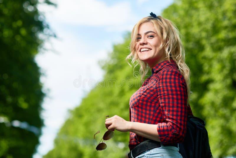 Mädchen im Vergnügungspark lizenzfreie stockfotos