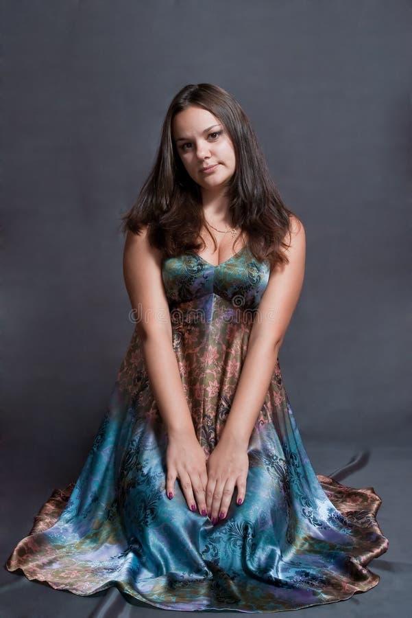 Mädchen im versicolor Kleid stockbild