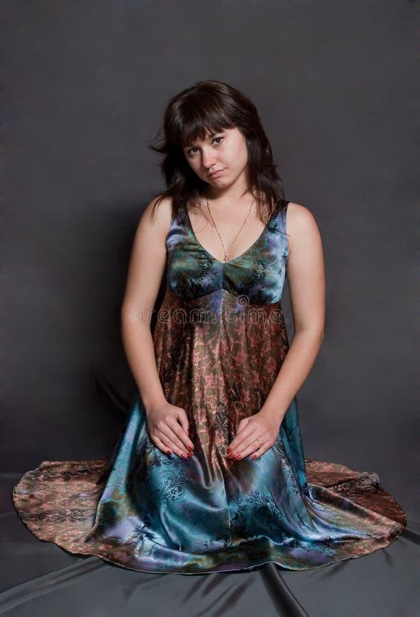 Mädchen im versicolor Kleid lizenzfreies stockfoto