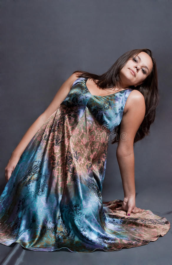 Mädchen im versicolor Kleid stockbilder