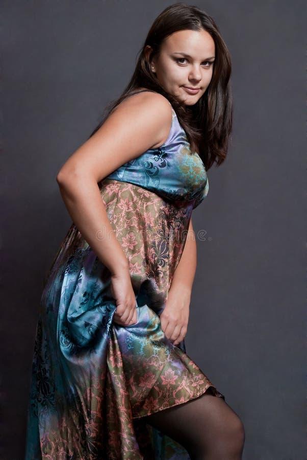 Mädchen im versicolor Kleid stockfotografie