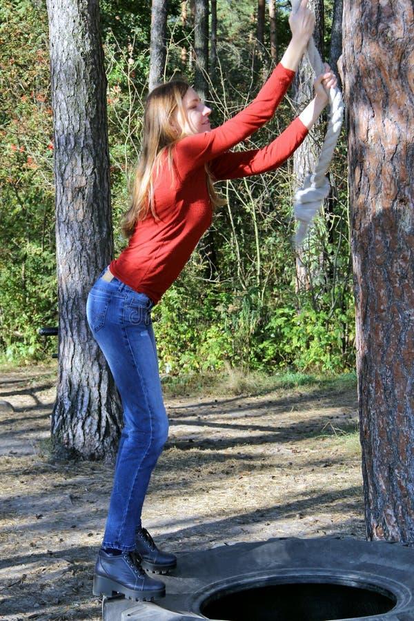 Mädchen im Wald auf dem Eignungsbereich stockfotos