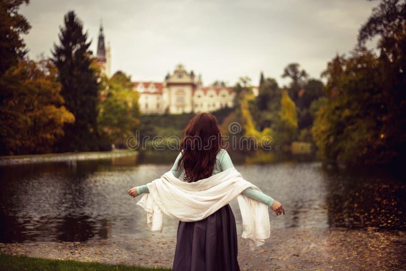 Mädchen im Wald mit Schloss stockfotos