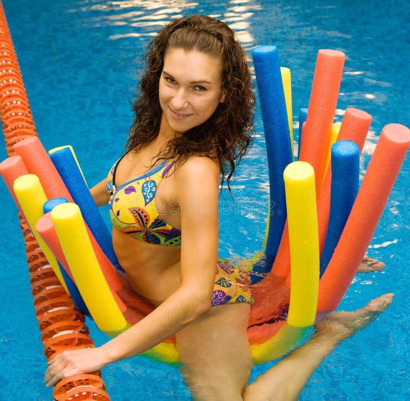 Mädchen im Wasser auf Aquanudeln stockfotografie
