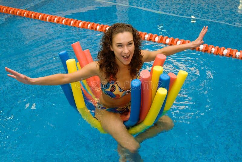 Mädchen im Wasser auf Aquanudeln stockfoto