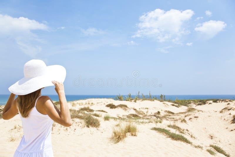 Mädchen im Weiß durch das Meer lizenzfreie stockfotos