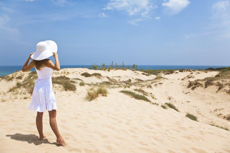 Mädchen im Weiß durch das Meer lizenzfreies stockbild