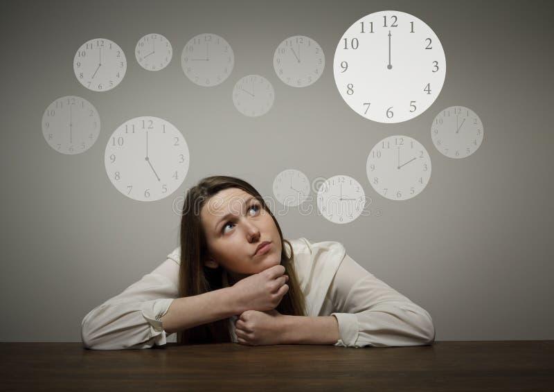 Mädchen im Weiß und in der Uhr lizenzfreie stockfotos