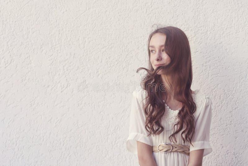 Mädchen im weißen Kleid stockbild