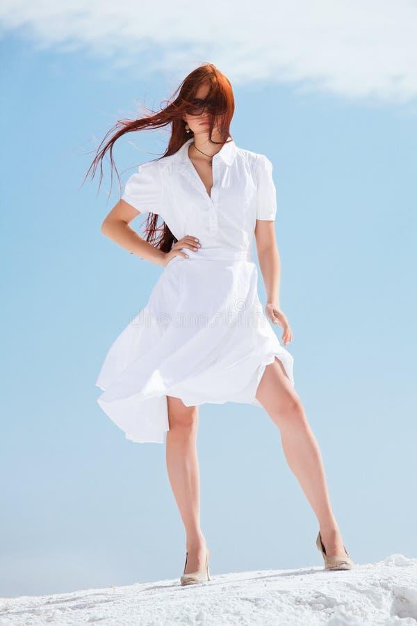 Mädchen im weißen Kleid stockbilder